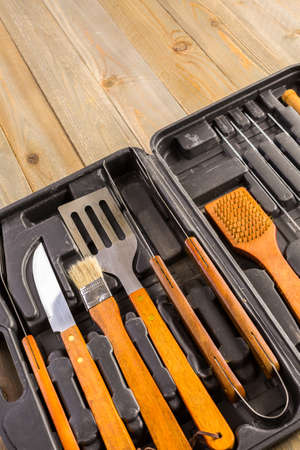 Stainless steel barbecue cooking set with wood handles. Imagens - 62666325