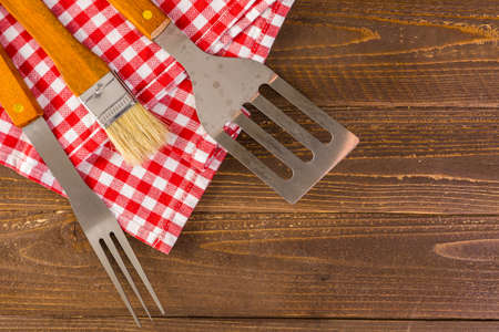 Stainless steel barbecue cooking set with wood handles. Imagens - 62666332