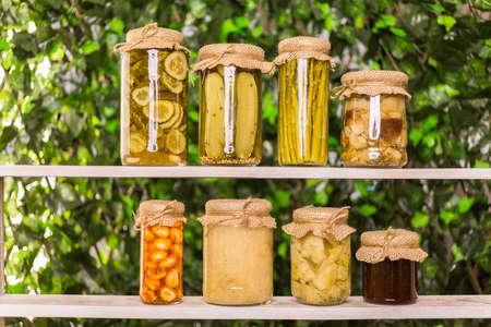 Homemade ingeblikte biologische groenten in glazen potten.