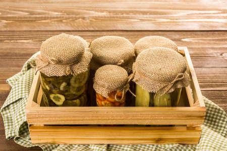 encurtidos: conservas vegetales orgánicos caseros en frascos de vidrio. Foto de archivo