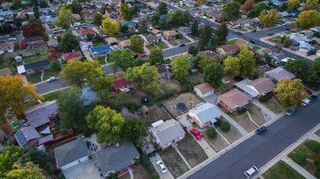 秋の住宅街の空撮。