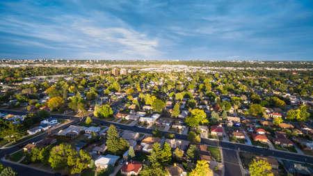 Vista aérea de la zona residencial y en el otoño.