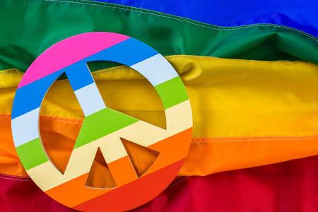 homosexuales: bandera del arco iris del orgullo gay con el signo de la paz.