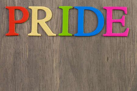 homosexuales: Arco iris del orgullo gay de la muestra en el fondo de madera. Foto de archivo