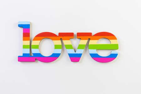 homosexuals: Arco iris del orgullo gay de la muestra del amor sobre un fondo blanco.