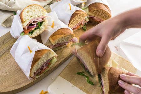 submarino: Paso a paso. sub sándwich fresco en hoagies blanco y trigo.