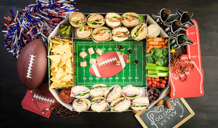 축구 스낵 경기장에는 하위 샌드위치, 채소 및 칩이 가득합니다.