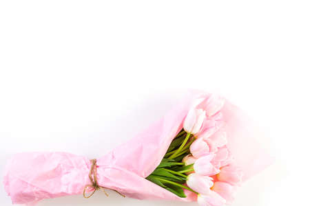 Bouquet of pink tulips wrappen in pink paper. Imagens - 73425701