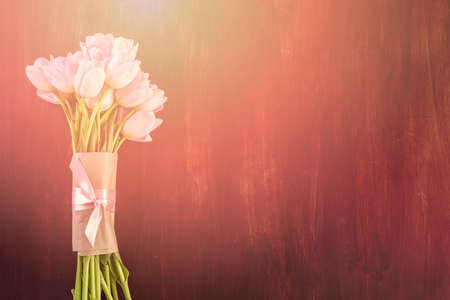 Bouquet of pink tulips on a wood background. Imagens - 73425152