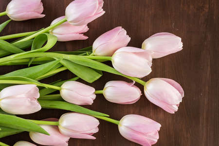 Bouquet of pink tulips on a wood background. Imagens - 73424797