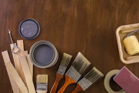 Peindre des outils de peinture en métal et des peintres sur un panneau en bois. Banque d'images - 73424594