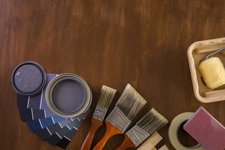 Peindre des outils de peinture en métal et des peintres sur un panneau en bois. Banque d'images - 73424559