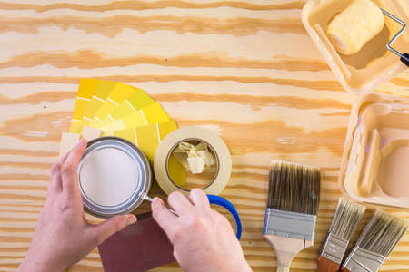 Peindre des outils de peinture en métal et des peintres sur un panneau en bois. Banque d'images - 73424544