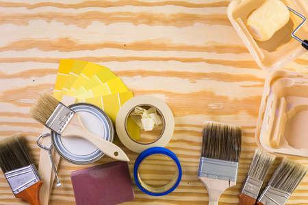 Peindre des outils de peinture en métal et des peintres sur un panneau en bois. Banque d'images - 73424556