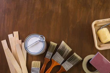 Peindre des outils de peinture en métal et des peintres sur un panneau en bois. Banque d'images - 73424524
