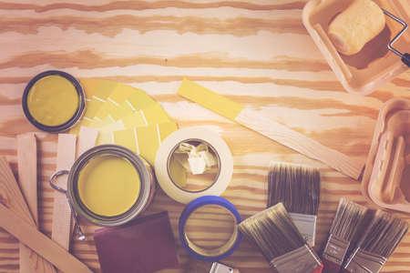 Peindre des outils de peinture en métal et des peintres sur un panneau en bois. Banque d'images - 73424496
