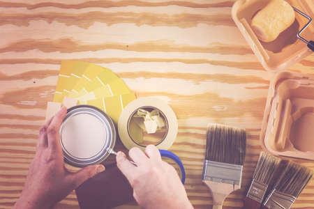 Peindre des outils de peinture en métal et des peintres sur un panneau en bois. Banque d'images - 73424438