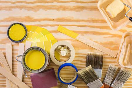 Peindre des outils de peinture en métal et des peintres sur un panneau en bois. Banque d'images - 73424456