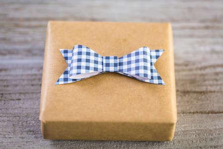 to drown: Envuelto en ahoga el regalo de papel para el día de padre.