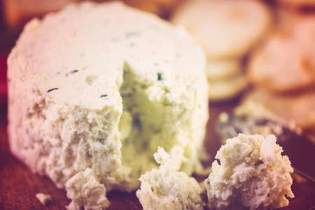 Morbido formaggio cremoso aromatizzato con scalogno ed erba cipollina. Archivio Fotografico - 74218932