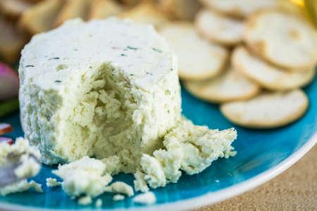 Morbido formaggio cremoso aromatizzato con scalogno ed erba cipollina. Archivio Fotografico - 74292517