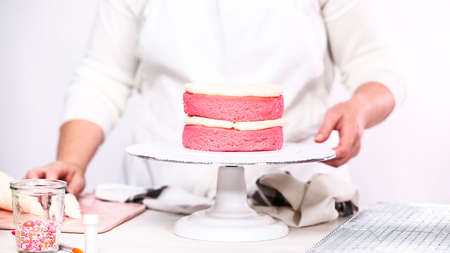 Step by step. Stacking layers together of pink birthday cake. Imagens