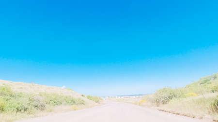 Driving on dirt road through open space in rural suburbia in Colorado. 版權商用圖片 - 112028053