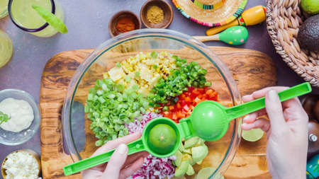 Step by step. Preparing traditional mexican street corn salad. Imagens