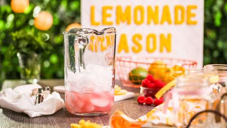 Step by step. Preparing raspberry lemonade with fresh lemons and raspberries in drinking mason jars. 版權商用圖片