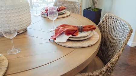 Modern dining room table in luxury house. Banque d'images - 113843584