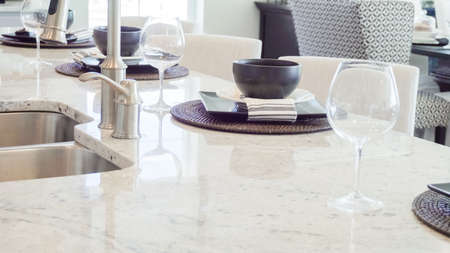 Modern dining room table in luxury house. Banque d'images - 114135192