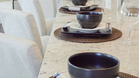Modern dining room table in luxury house. Banque d'images - 114193610