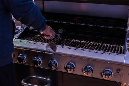 Cleaning BBQ grill for grilling meats. Banque d'images