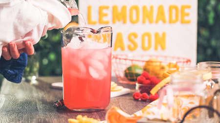 Step by step. Preparing raspberry lemonade with fresh lemons and raspberries in drinking mason jars. Archivio Fotografico