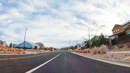 Conducir a través de un nuevo barrio residencial en los suburbios. Foto de archivo