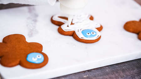 Step by step. Decorating gingerbread and sugar cookies with royal icing for Christmas. Standard-Bild