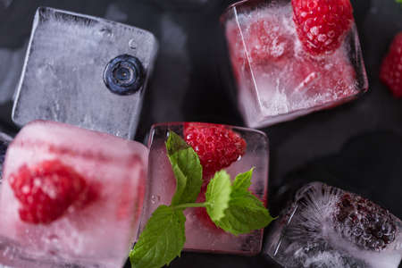 Fruit ice cubes with organic berries. Banque d'images - 119299402