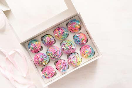 Flach liegen. Einhorn-Cupcakes in einer weißen Cupcake-Box.