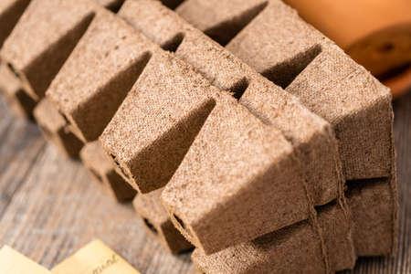 Seed starter pots made out of peat moss. Reklamní fotografie - 122377024