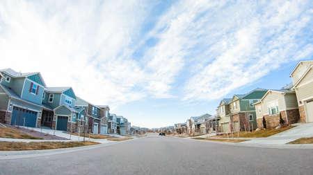 Conduire à travers un nouveau quartier résidentiel en banlieue.
