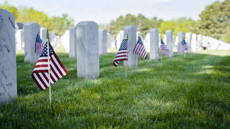 在阵亡将士纪念日,洛根堡国家公墓白色大理石墓碑旁的小国旗。