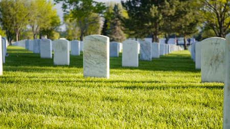 白色大理石墓碑无休止的行在洛根国家公墓的在阵亡将士纪念日。