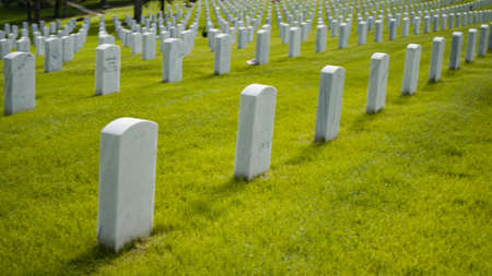 Denver, Colorado, USA-26. Mai 2019 - Eine endlose Reihe von Grabsteinen aus weißem Marmor auf dem Fort Logan National Cemetery am Memorial Day.
