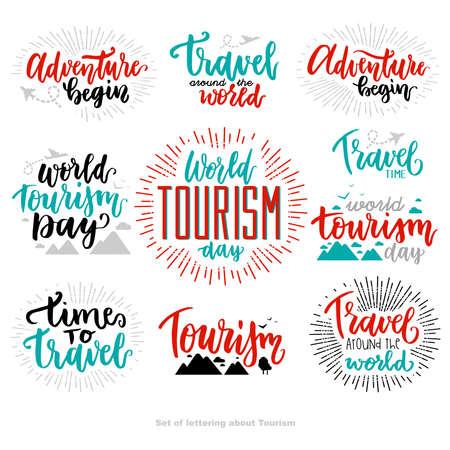 Beau lettrage pour la journée du tourisme avec plat. Journée mondiale du tourisme. L'aventure commence. Journée du tourisme. Voyage autour du monde. Temps de voyage.