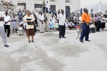 port au prince: PORT-AU-PRINCE - 22 de agosto: Los seguidores se reunieron afuera para realizar sus oraciones, en Port-au-Prince, Hait� el 22 de agosto de 2010.