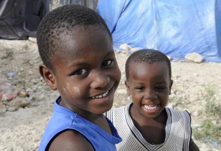 port au prince: PORT-AU-PRINCE - 28 de agosto: Dos ni�os no identificados que comparten una risa en una de las ciudades de carpas en Hait�, el 28 de agosto de 2010 en Port-Au-Prince, Hait�