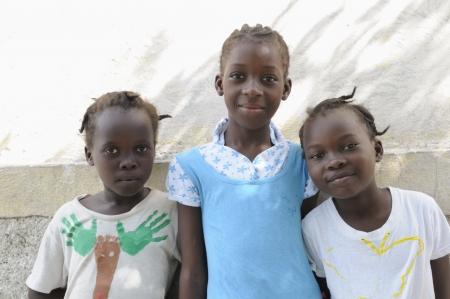 ポルトープランス-9 月 2 日: 幸せ探し無実正体不明ハイチの子供 2010 年 9 月 2 日にポルトープランス, ハイチのキャンプ中に。 報道画像