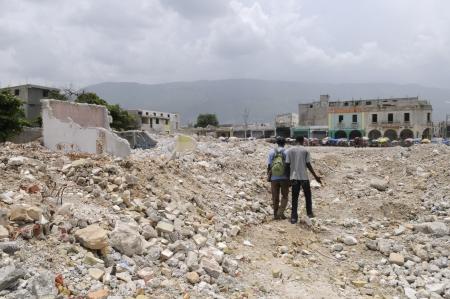 ポルトープランス-8 月 21 日: 2010 年 8 月 21 日にポルトープランス、ハイチで地震前に、の建物に使用される荒石を通って歩くカップル。 報道画像