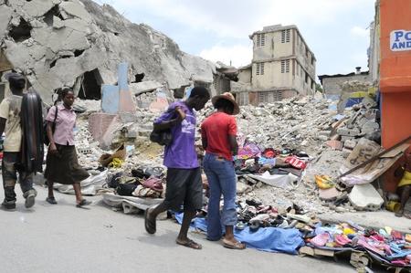 port au prince: PORT-AU-PRINCE - 21 de agosto: La gente compra y venta de productos alimenticios en frente de un edificio colapsado en Port-Au-Prince, Hait� el 21 de agosto de 2010. Editorial