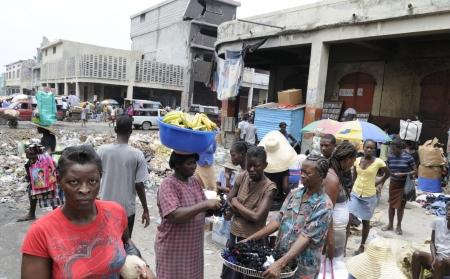 port au prince: PORT-AU-PRINCE - 21 de agosto: vendedoras en las calles de Port-au-Prince, Hait� el 21 de agosto de 2010.